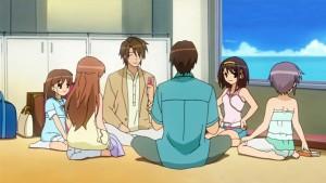 Команда SOS из аниме Меланхолия Харухи Судзумии на отдыхе играет в карты