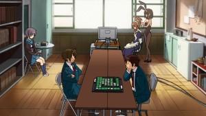 Команда SOS из Меланхолии Харухи Судзумии в полном составе в клубной комнате, занимающаяся обычными делами.